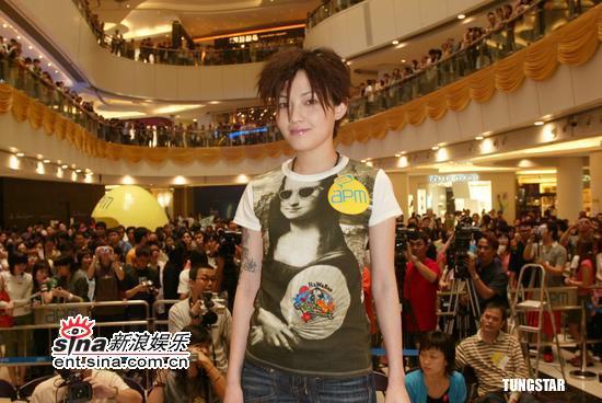 组图:范晓萱叛逆形象出席签唱会怀念往昔时光
