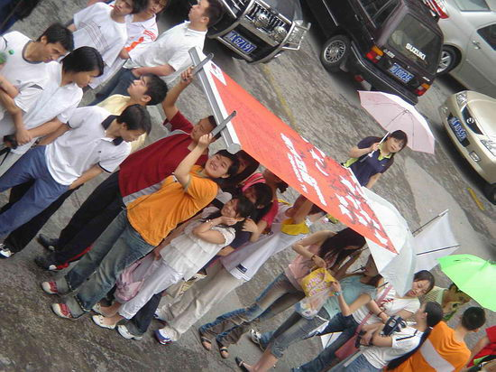 组图:东方卫视助威雨中曲有梦女孩执着莱卡
