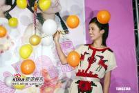 组图:Twins专辑大卖庆功现场热吻戳气球