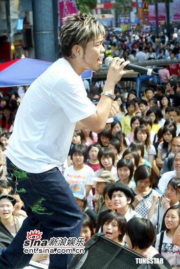 组图:李玖哲敲锣打鼓发售新国语专辑《影子》
