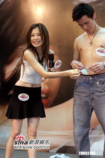 组图:徐若�u《狠狠爱》与赤裸猛男亲密合照