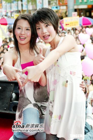 组图:Sweety同恩接力签唱粉丝准备气球加油
