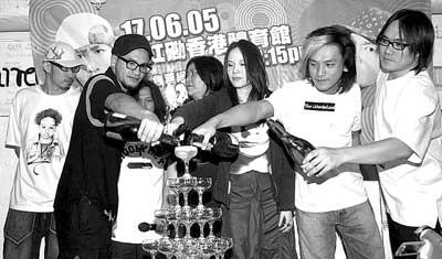 张震岳边喝啤酒边开演唱会众好友来捧场(组图)