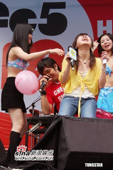组图:林子良邓尼斯音乐会与辣妹大玩亲密游戏