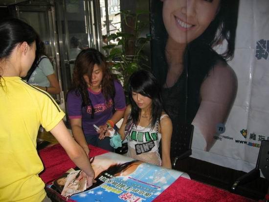 组图:王蓉图书大厦签售《多爱》秀独门舞步