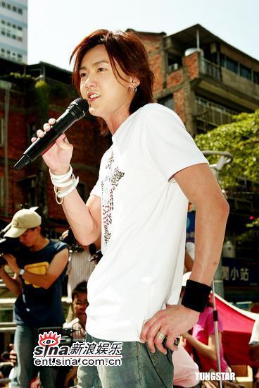 组图:黄义达蜜雪薇琪接力唱学生歌迷挤爆现场
