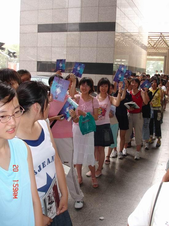 《迷藏》北京签售火爆铁杆FANS兴奋晕倒(组图)