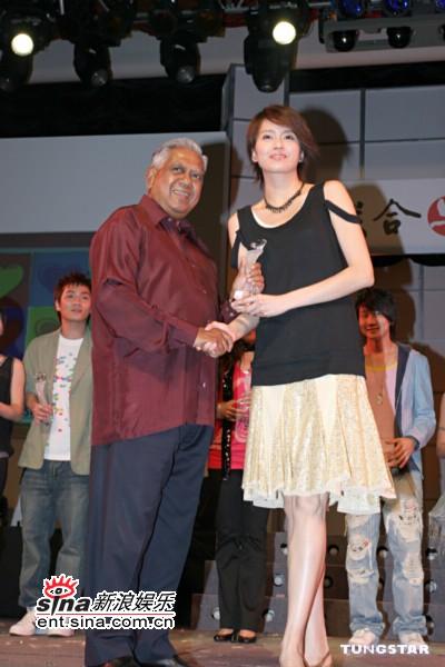 组图:梁咏琪献唱新加坡大赞人气偶像李东健
