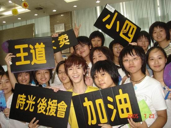 """郭敬明长沙签售书店""""被迫""""6点开门售《迷藏》"""