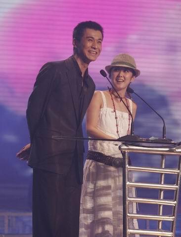 """2005音乐盛典颁奖乔振宇""""调侃""""张娜拉(组图)"""