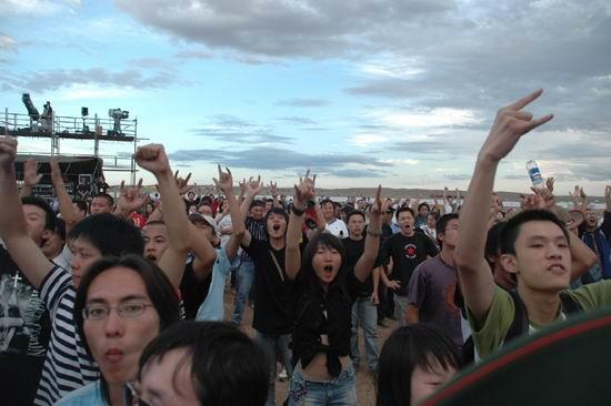 组图:草原音乐节点燃摇滚盛宴歌迷火爆狂欢