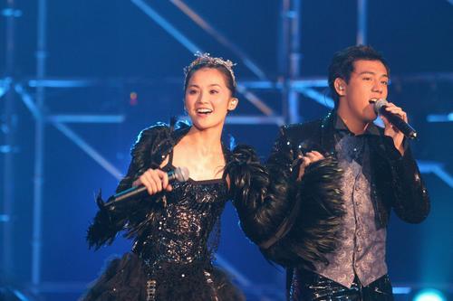 组图:Twins上海个唱造型百变Boy'z担任嘉宾