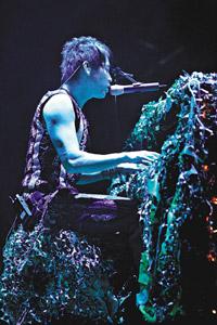 陶�矗何�北京歌迷展露肌肉总觉得可以唱得更好