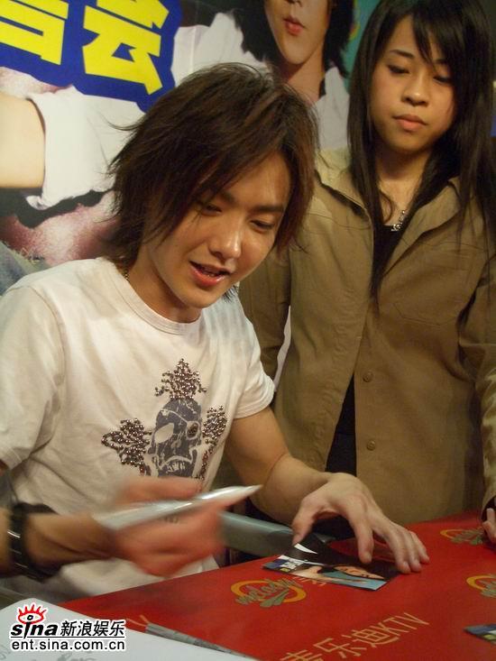 黄义达上海签售《专属密码》歌迷体验偶像实力