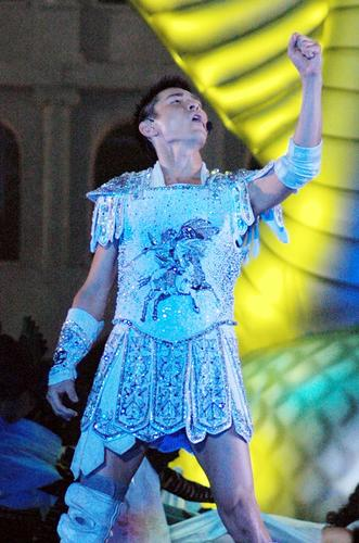 组图:刘德华芜湖演唱会造型搞怪大扮肌肉男