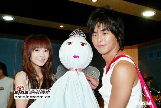 组图:柯有伦为个唱卖力彩排杨丞琳送晴天娃娃