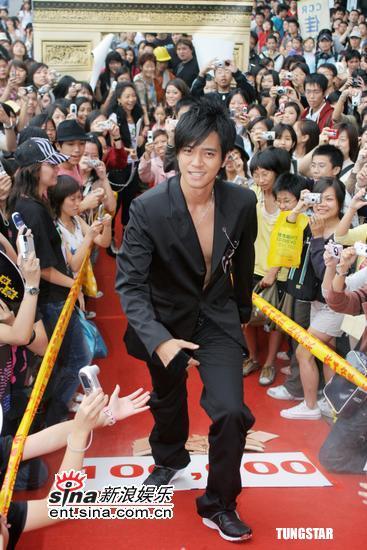 10月10日最酷男星:罗志祥黑衣打扮举剑扮武士