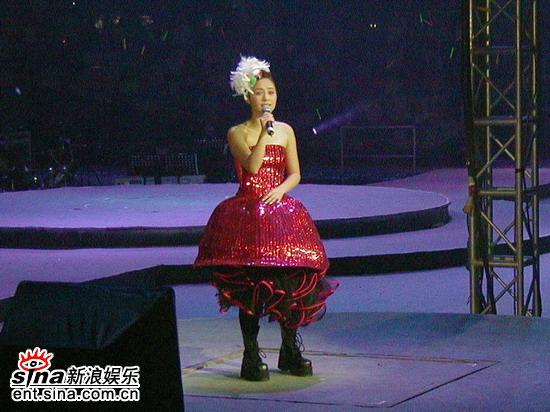 图文:Twins演唱会登陆工体--阿娇公主造型亮相