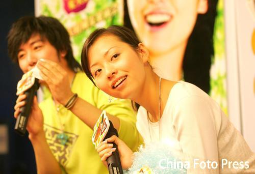 组图:张靓颖做客访谈节目签约华谊兄弟很开心