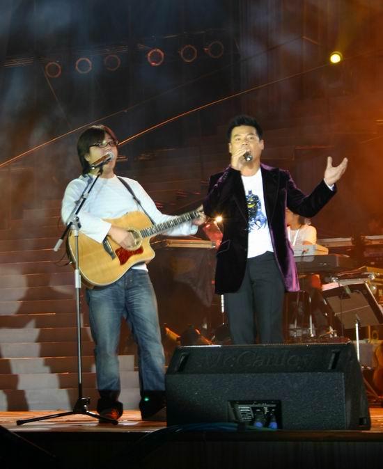 组图:巫启贤上海个唱朋友忙助阵家人默默支持