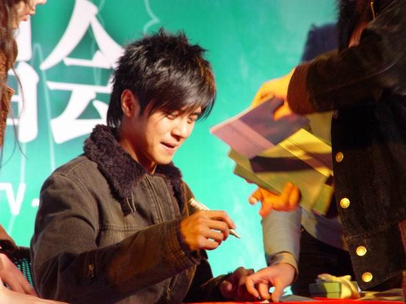 组图:罗志祥北京签唱劲歌热舞歌迷兴奋晕倒