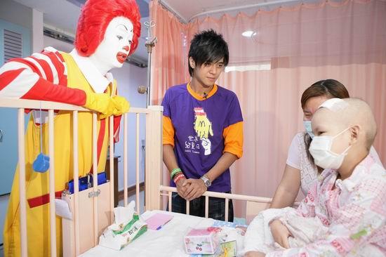 组图:罗志祥探望病童手舞足蹈玩三流魔术