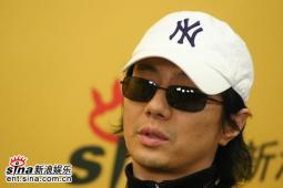 摇滚歌手郑钧希望用音乐实现心灵的交流