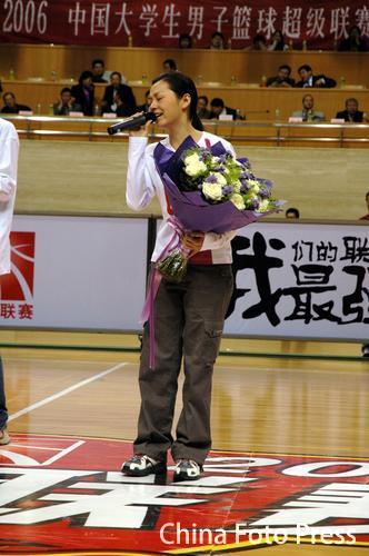 组图:张靓颖领唱国歌助阵大学生篮球联赛开幕