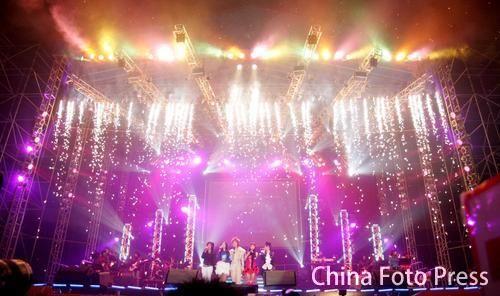 图文:超女济南演唱会火爆开场--绚丽的舞台