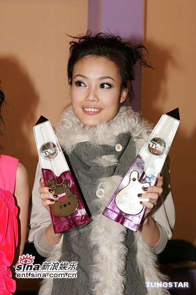 图文:容祖儿着绒毛兔装后台展示两个奖杯