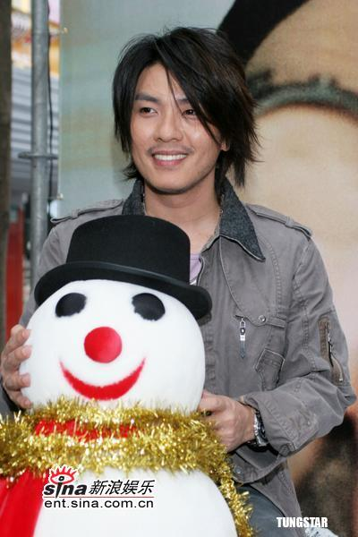 组图:阿杜台北签唱会与歌迷一起做圣诞蛋糕