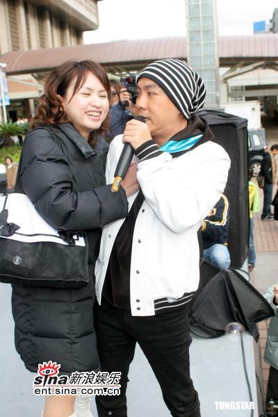 组图:张卫健新专辑做宣传被疯狂女歌迷喂槟榔