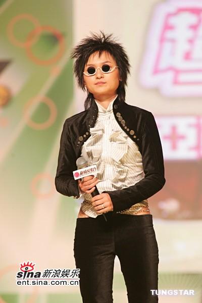 图文:周笔畅黑色套装配墨镜变得滑稽