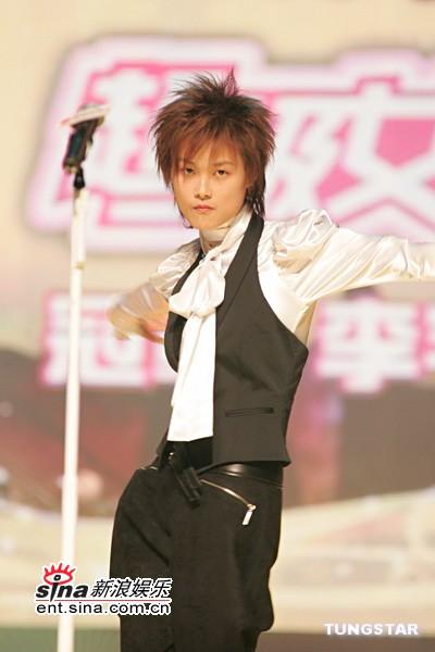 图文:李宇春狂舞引发歌迷大声尖叫
