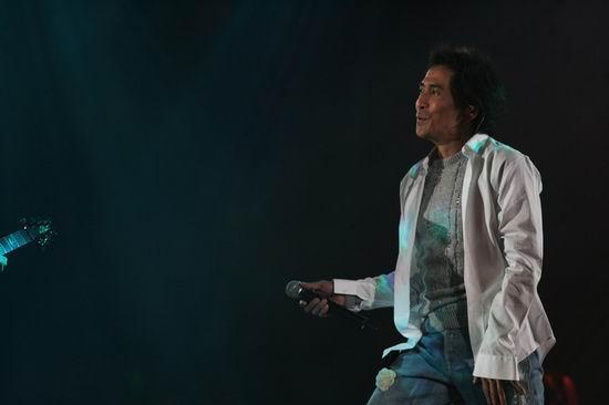 图文:齐秦北京个唱开锣--身着白衬衣