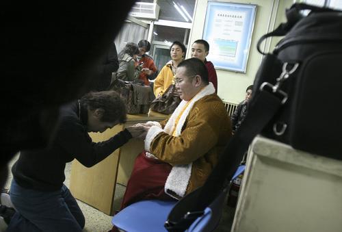 组图:黄建福坠台身亡齐秦医院下跪为好友祈祷