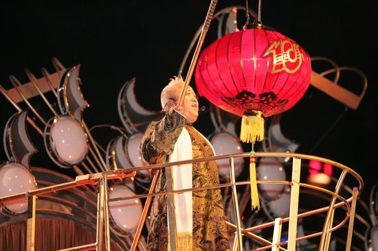 """图文:曾志伟着喜庆唐装玩""""大红灯笼高高挂"""""""