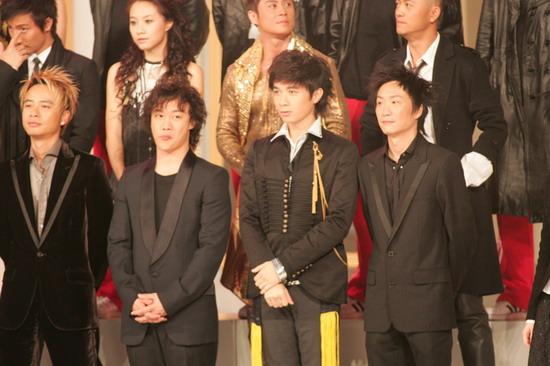 图文:男星们扮相尊贵舞台上扎堆