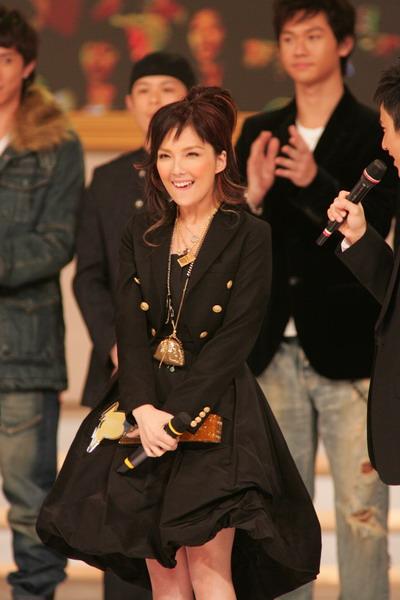 图文:卫兰穿黑色大斗篷裙化身迷人小巫师