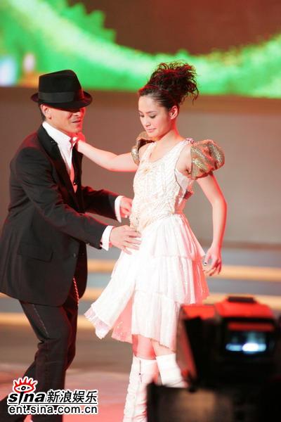 图文:刘德华余兴未了再与Twins热舞--缠绵