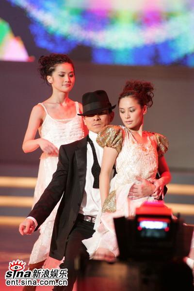 图文:刘德华余兴未了再与Twins热舞--和谐