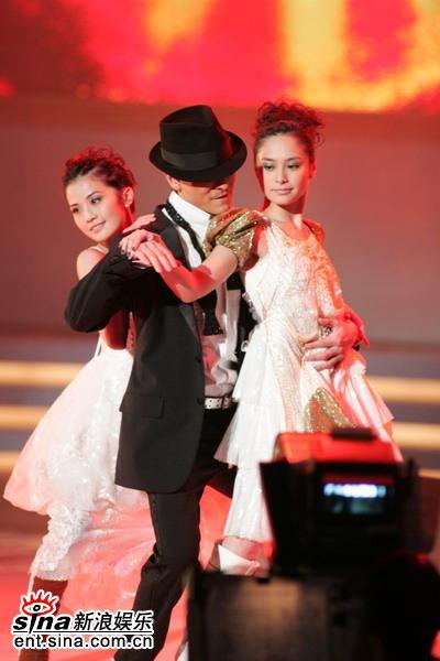 图文:刘德华余兴未了再与Twins热舞-节奏激昂
