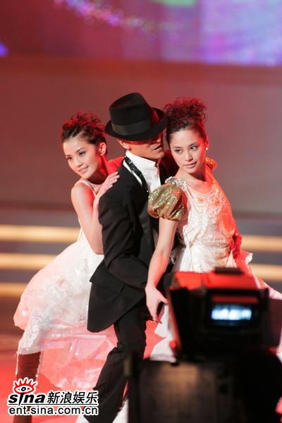 图文:刘德华余兴未了再与Twins热舞--销魂