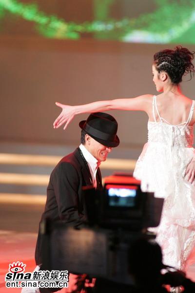 图文:刘德华余兴未了再与Twins热舞--秀美背