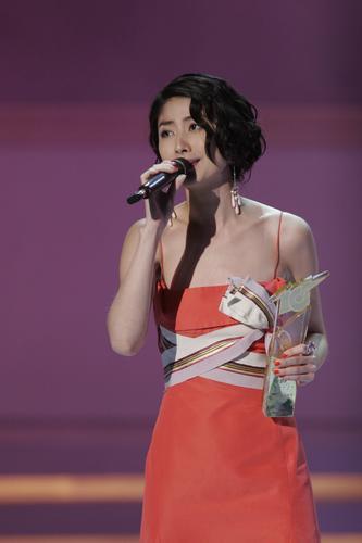图文:陈慧琳着桔红色吊带长裙露香肩