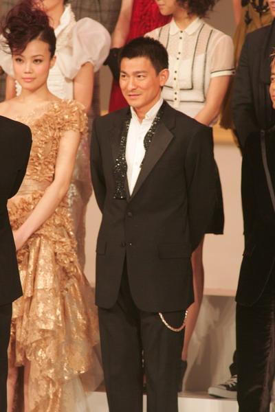 图文:刘德华西装笔挺面带微笑站在台上