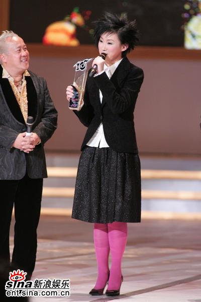 图文:王菀之发表感言粉红丝袜突出个性