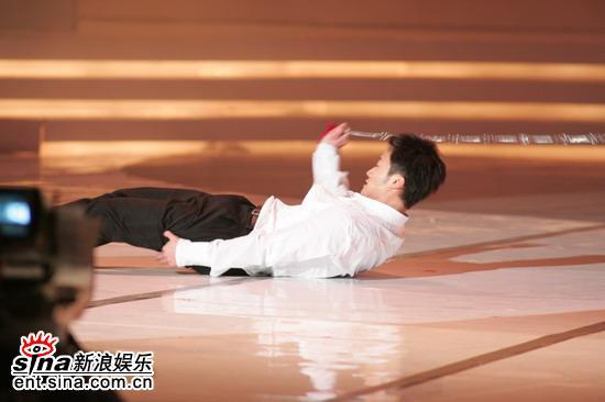 图文:吴京在台上现场进行武术九节鞭表演