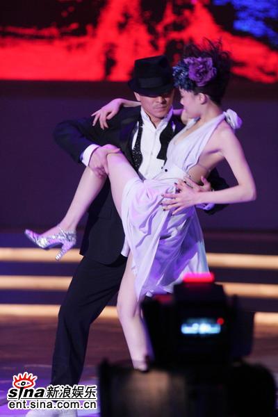 图文:容祖儿刘德华大跳贴身舞--手摸腰肩