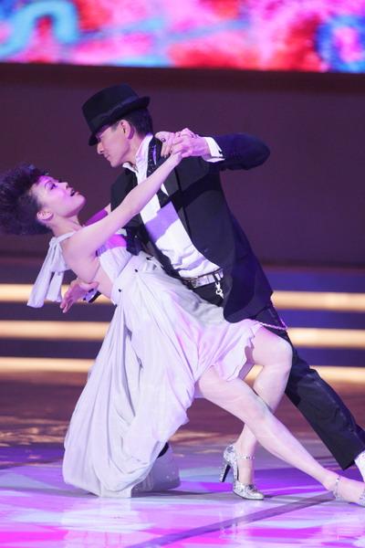 图文:刘德华容祖儿大跳贴身舞--优美舞姿